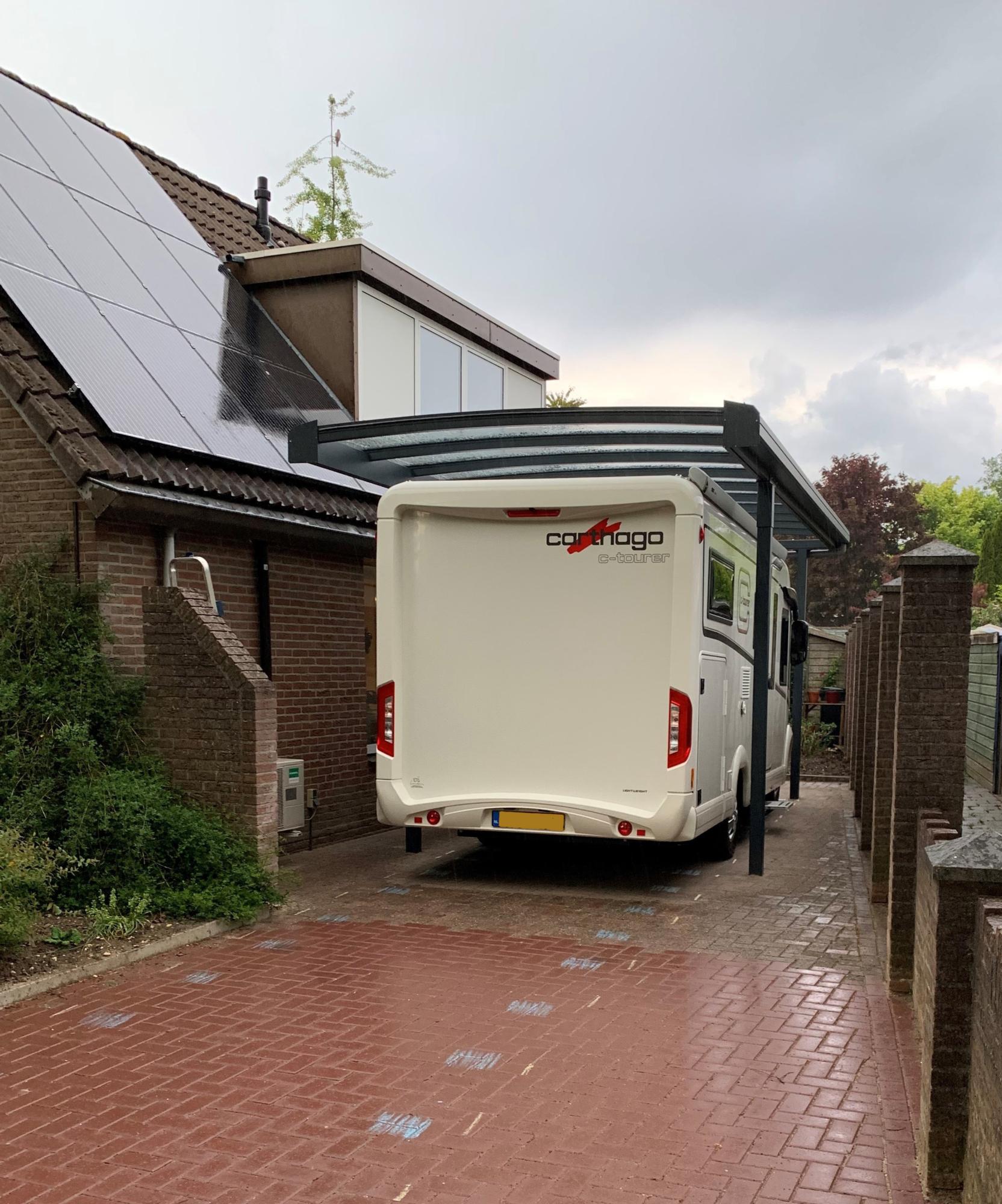 Aluminium carport met plat glazen dak voor camper