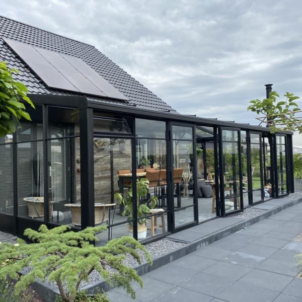 Zwarte tuinkamer serre met stolpdeuren en roedeverdeling