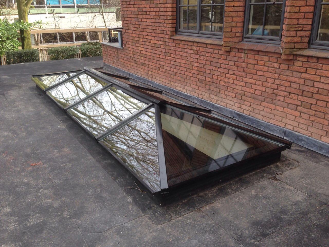 Zwarte Lichtstraat schilddak Jan de Bouvrie op plat dak.
