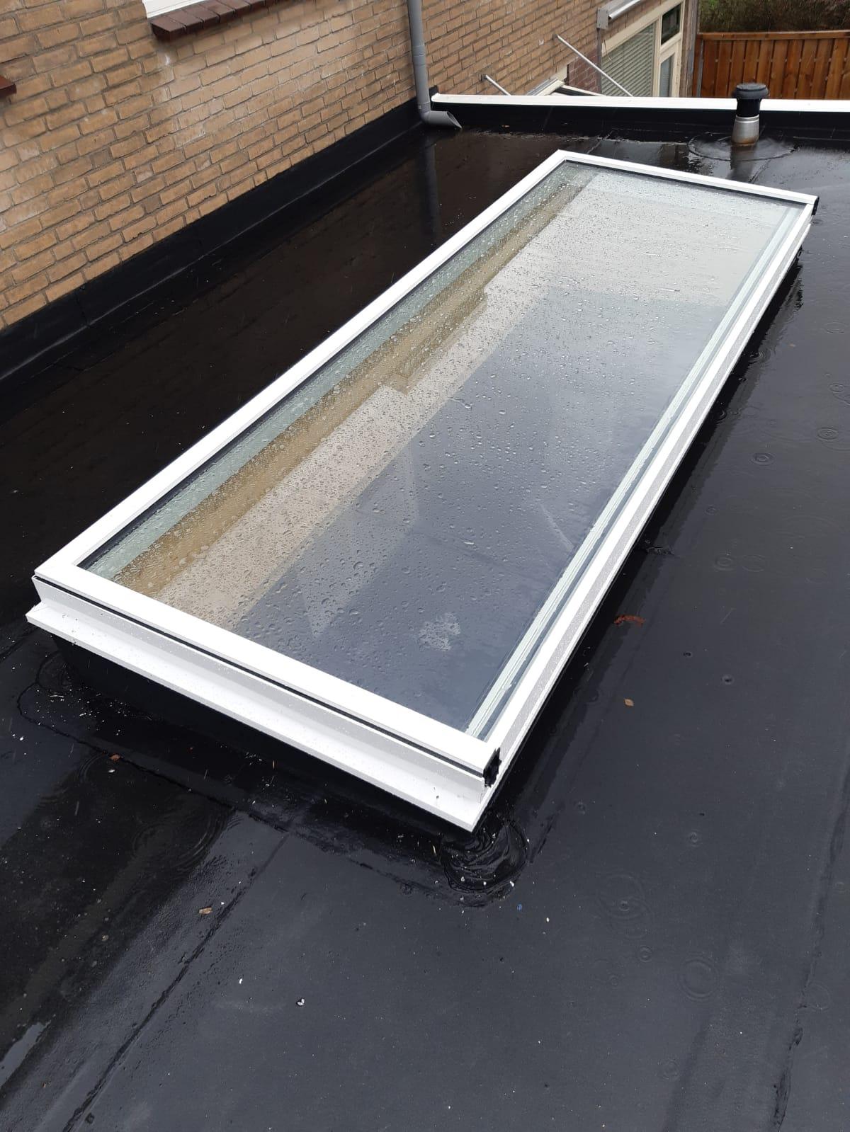 Luxe witte rechthoekige lichtstraat van aluminium op plat dak.