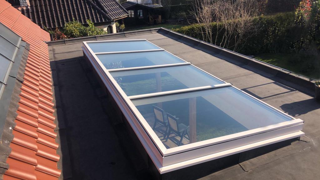 Witte lichtstraat op platte dak van veranda