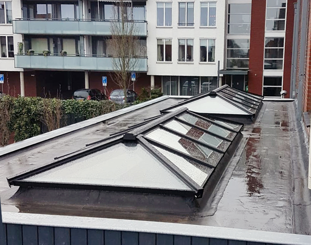 twee rechthoekige schilddak lichtstraten op plat dak