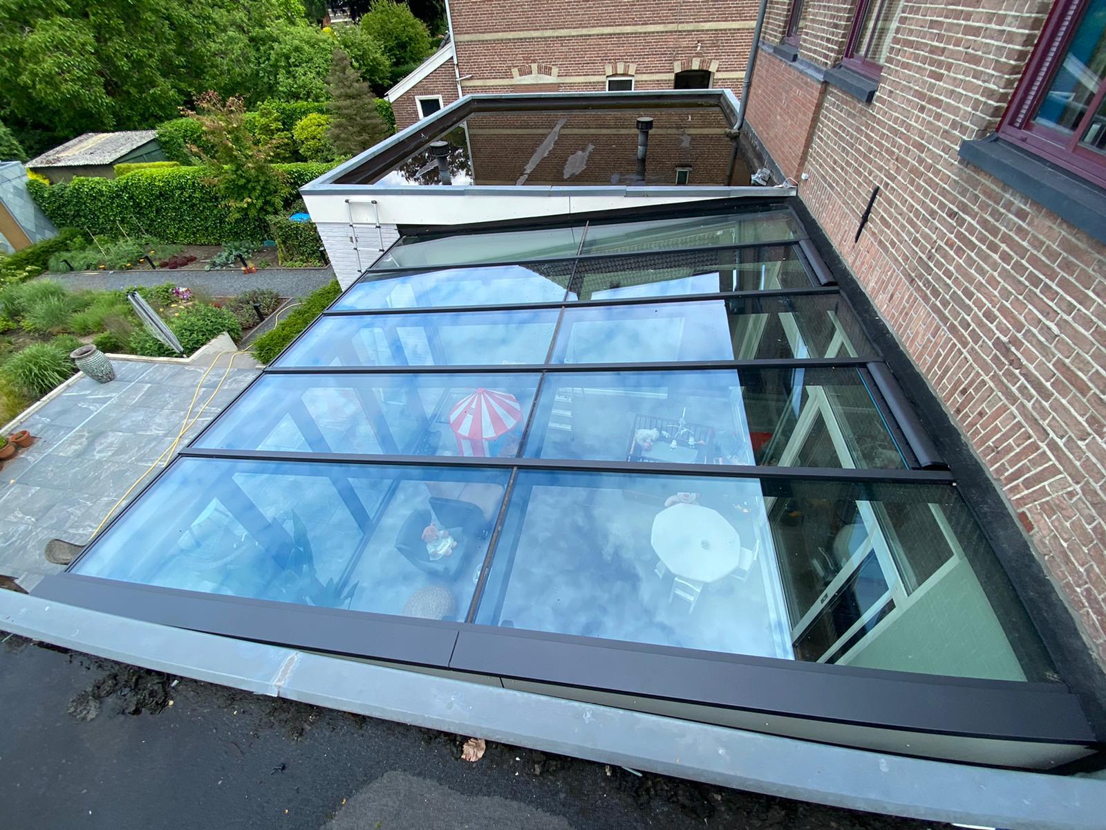 Bovenaanzicht van grijze serre met lessenaar dak en vouwwand