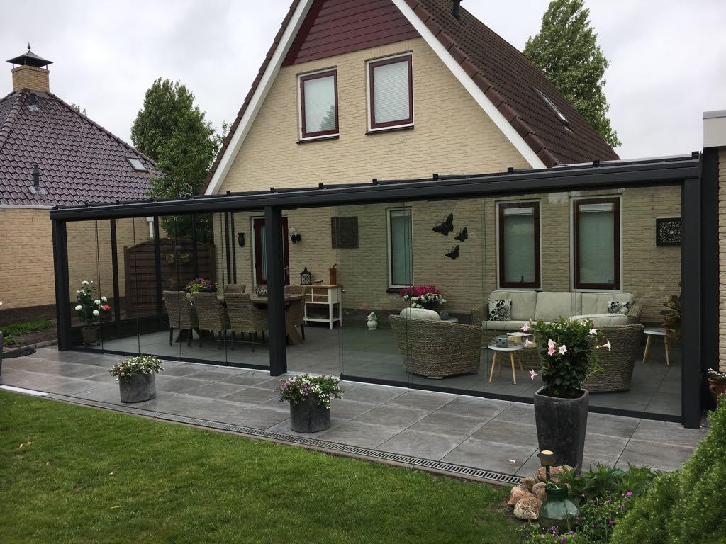 breede aluminium tuinkamer met twee schuifwanden in steellook