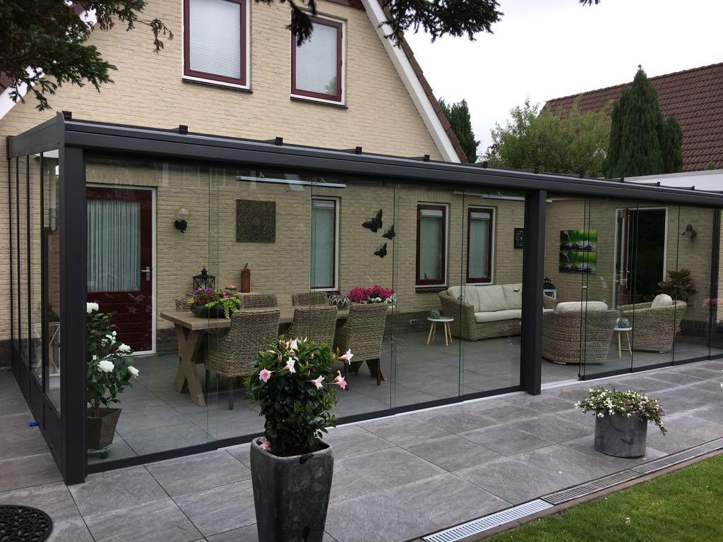 Brede antraciet aluminium tuinkamer met glazen schuifwand aan woning