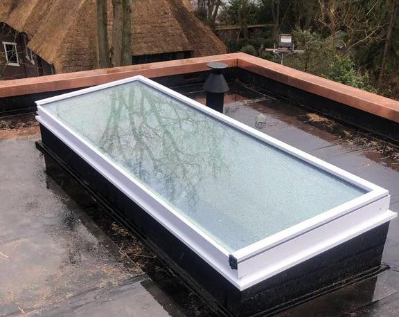 Luxe witte rechthoekige lichtstraat op plat dak
