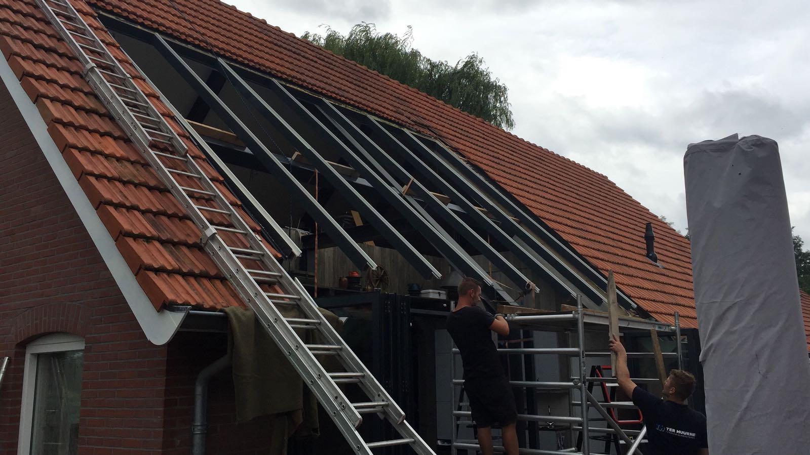 Serre in huis met schuin dak in aanbouw.